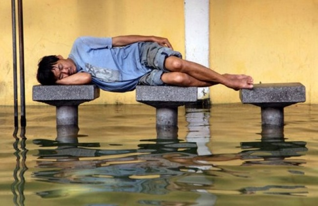21 Hilarious Pics That Prove People Can Sleep Anywhere